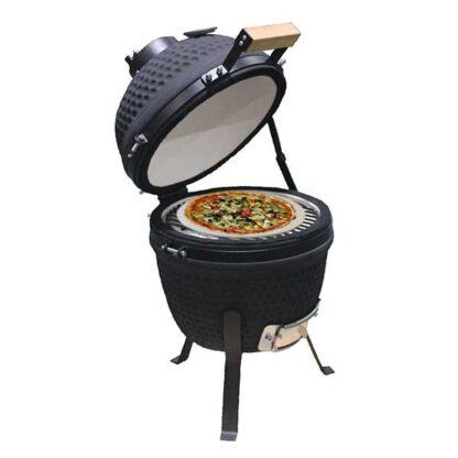 Pizzaplaat rond op een kamado met gebakken pizza