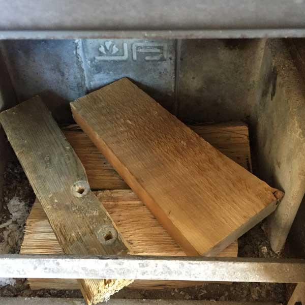 Kleiner hout dwars op de grote blokken