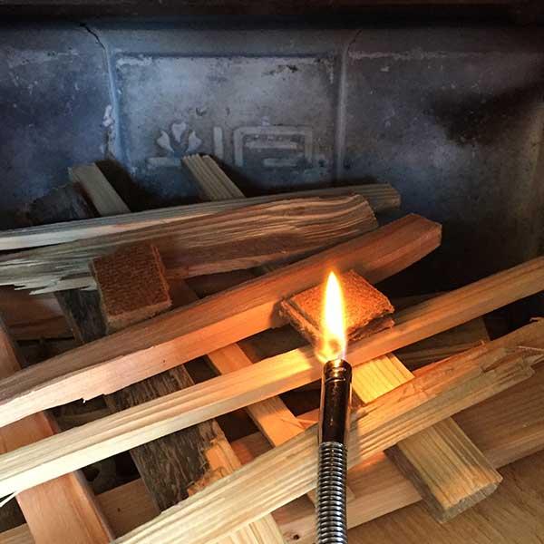 Aanmaakblokjes bovenop het hout als u de kachel aansteekt