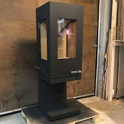 skantherm pico Tweedehands . Grote strakke houtkachel met moderen stijl 4-8 KW zwart